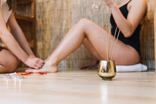 Kuuroordconcept met vrouw die massage voor voeten krijgen