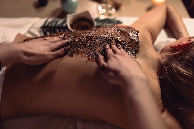 Kuuroordconcept met vrouw en massage