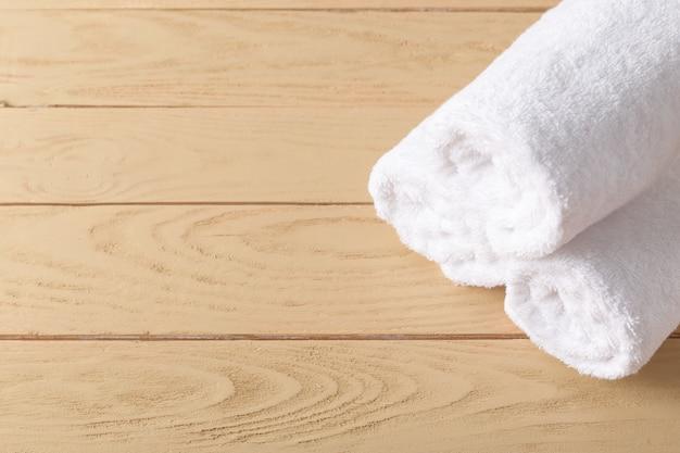 Kuuroordhanddoeken op houten oppervlakte