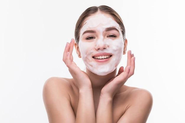 Kuuroordmeisje die gezichtsmasker toepassen. schoonheidsbehandelingen. cosmetica