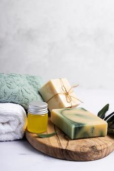 Kuuroordreeks geparfumeerde zeep met handdoeken naast