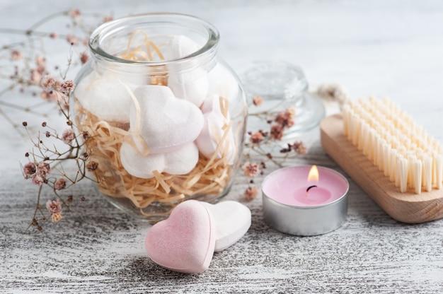 Kuuroordsamenstelling met badbomharten en droge bloemen op rustieke achtergrond in zwart-wit stijl. kaarsen en zout. schoonheidsbehandeling en ontspannen