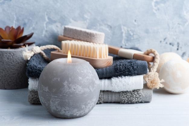 Kuuroordsamenstelling met badbommen, lichaamsborstels en handdoeken