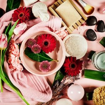 Kuuroordsamenstelling met bloemen en handdoek. plat leggen