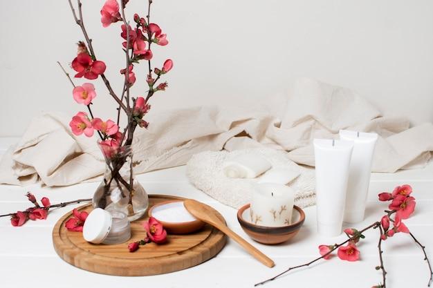 Kuuroordsamenstelling met bloemen en room