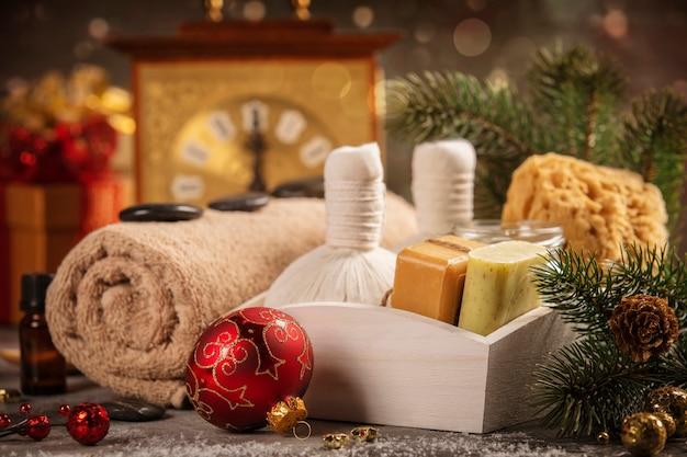 Kuuroordsamenstelling met kerstmisdecoratie. vakantie spa-behandeling