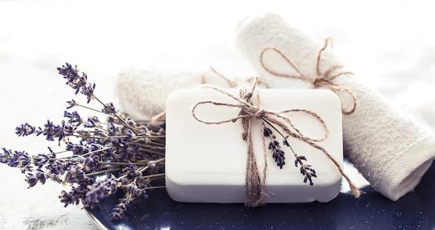 Kuuroordsamenstelling met lavendelbloemen