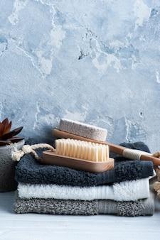 Kuuroordsamenstelling met lichaamsborstels en handdoeken