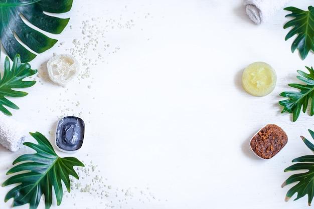 Kuuroordsamenstelling met natuurlijke gezichtsproducten en bladeren. gezondheid en zelfzorgconcept.