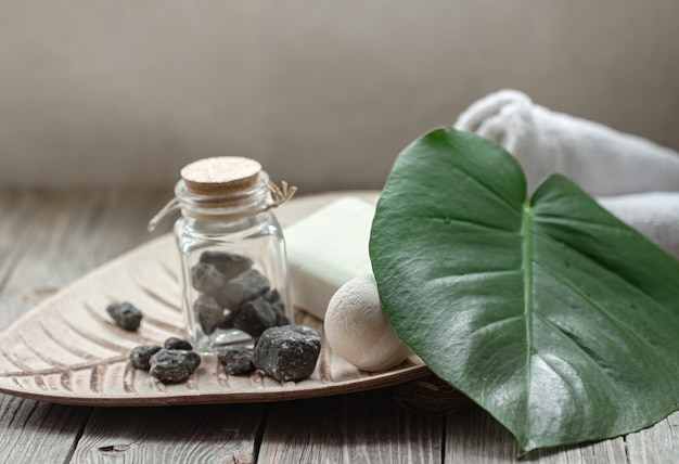 Kuuroordsamenstelling met stenen, badbom, zeep en handdoek. hygiëne en gezondheidsconcept.