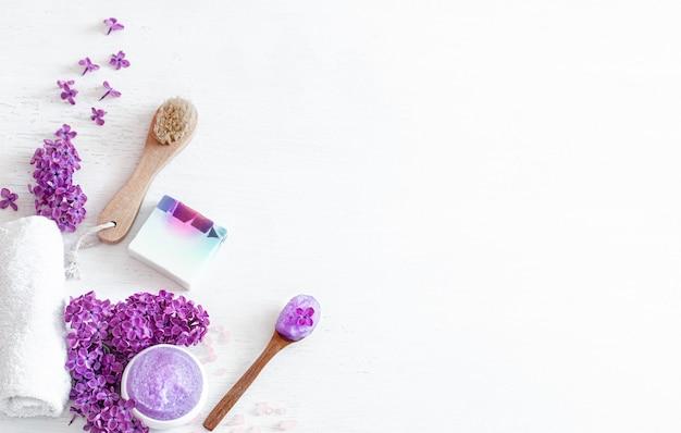 Kuuroordsamenstelling met verzorgingsproducten en lila bloemen. schoonheid en lichaamsverzorging