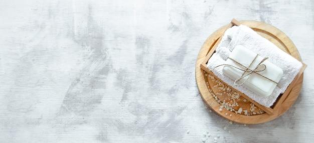 Kuuroordsamenstelling met zeep op een lichte muur