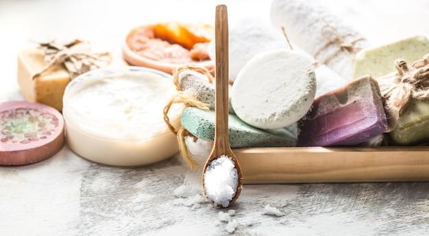 Kuuroordsamenstelling met zeepstaven, zout en lepel