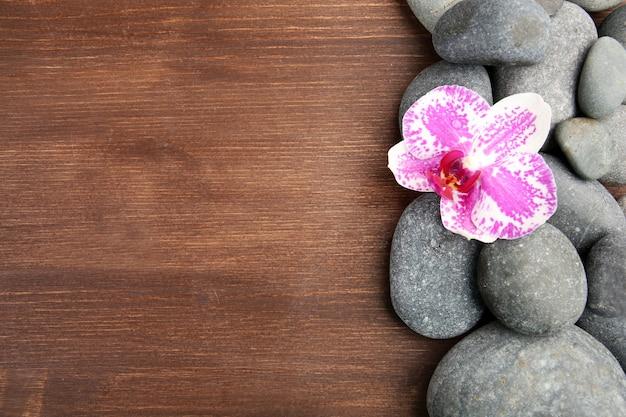 Kuuroordstenen en orchidee op houten