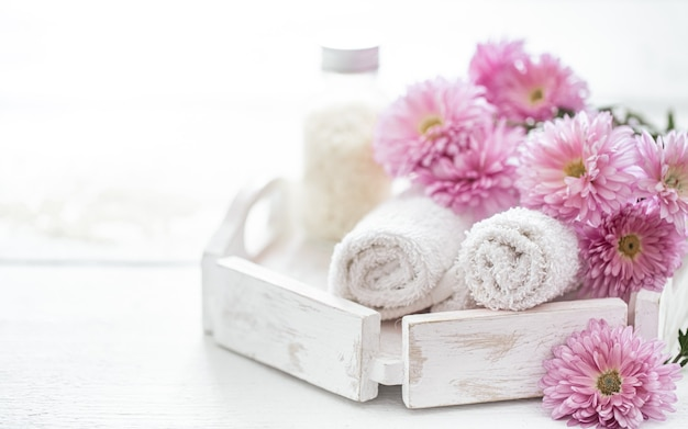 Kuuroordstilleven met lichaamsverzorgingsproducten en bloemen. hygiëne, netheid en lichaamsverzorging.
