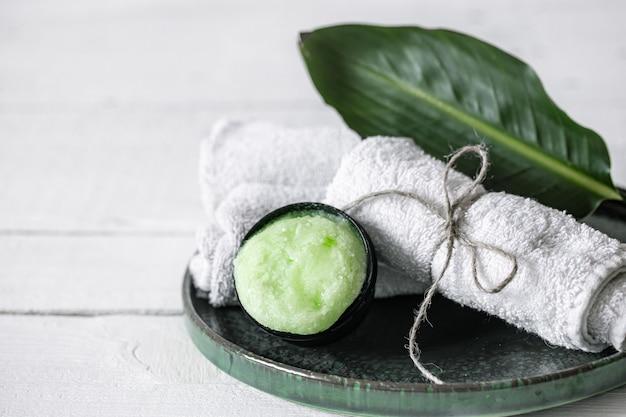 Kuuroordstilleven met organische huidverzorging, natuurlijk blad en de ruimte van de handdoekenkopie.