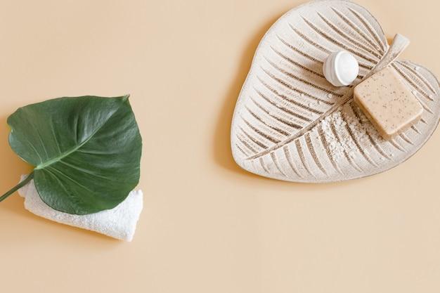Kuuroordstilleven met zeep, badbom en de ruimte van het bladexemplaar. gezondheid en schoonheid concept.