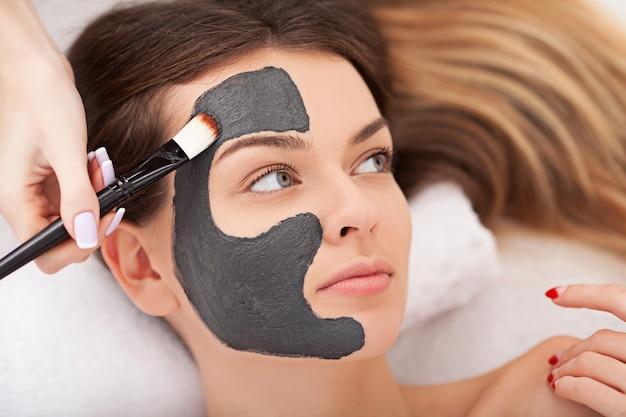 Kuuroordtherapie voor vrouw die gezichtsmasker ontvangt
