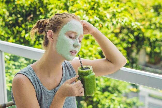 Kuuroordvrouw die gezichts groen kleimasker toepassen.