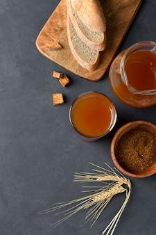 Kvass gefermenteerde frisdrank, op brood, roggemout en suiker