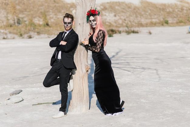 Kwade dag van het dode ondode paar poseren, halloween make-up