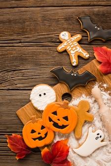 Kwade halloween-koekjes op een houten achtergrond
