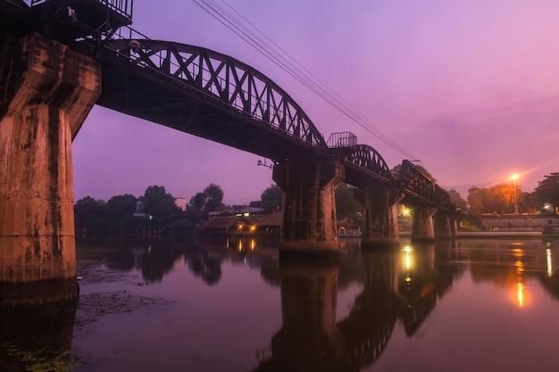 Kwai-brug bij dageraad met mist