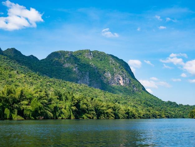 Kwai yai-rivier met mening van berg en blauwe hemel in amphoe srisawat, kanchanaburi thailand