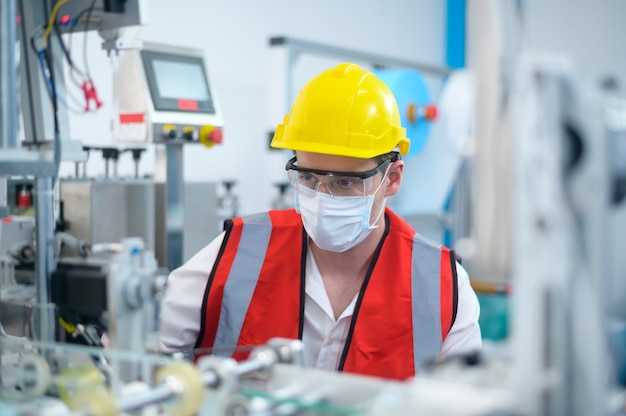 Kwaliteitscontrole (qc) ingenieur die het machinesysteem in de productiefabriek bewaakt en controleert;