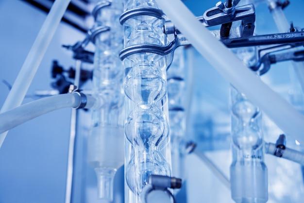 Kwaliteitscontrole van natuurlijke olie. in het industriële laboratorium.