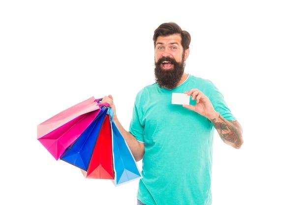 Kwaliteitsservice. klaar om online te betalen. succesvol winkelen. bebaarde man draagt zware boodschappentassen. dag uitverkocht. man die creditcard toont. zeer goede aanbieding. mooie aankoop. grote uitverkoop online in onze winkel.