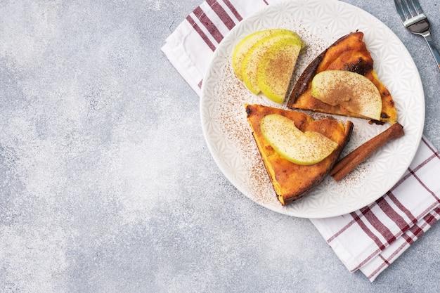 Kwark braadpan met appels en kaneelkruiden. concept van een gezond ontbijt.