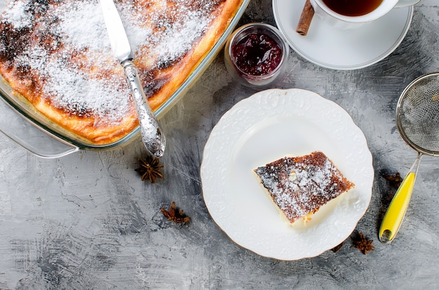 Kwark braadpan. taart met kaas en een kopje thee