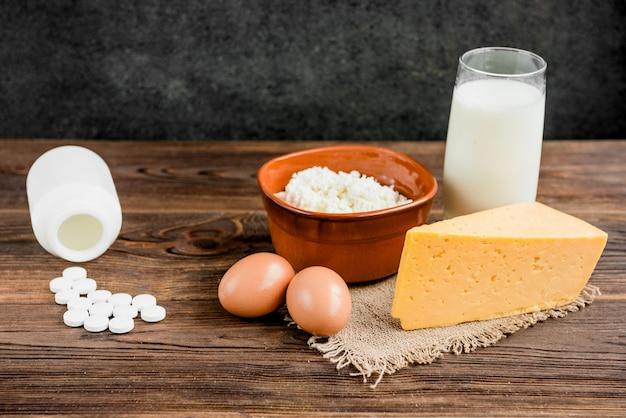 Kwark, kaas en glas melk op houten achtergrond. zuivelproducten.