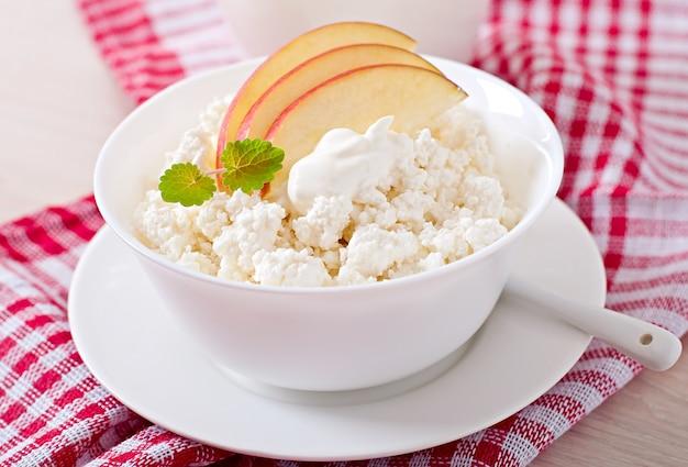 Kwark met appelen en zure room voor ontbijt dichte omhooggaand