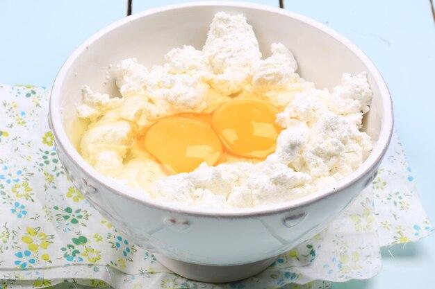 Kwark met rauwe kippeneieren, zelfgemaakt voedsel eco-product