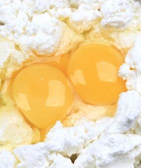 Kwark met rauwe kippeneieren zelfgemaakte voedsel eco-product