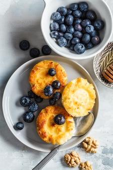 Kwark pannenkoeken met bosbessen en honing.