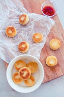 Kwark pannenkoeken met jam voor het ontbijt