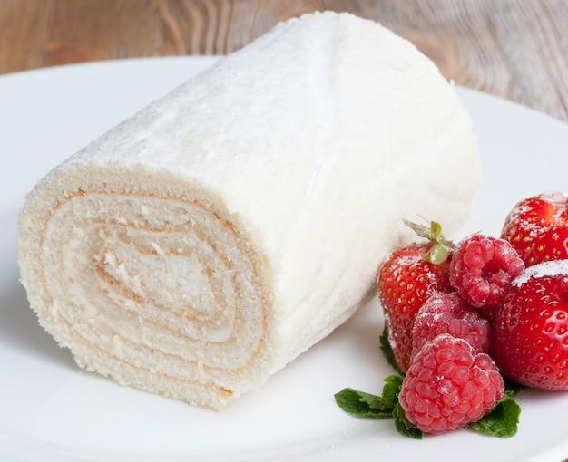 Kwarkbroodje voor dessert en rode aardbei, close-up