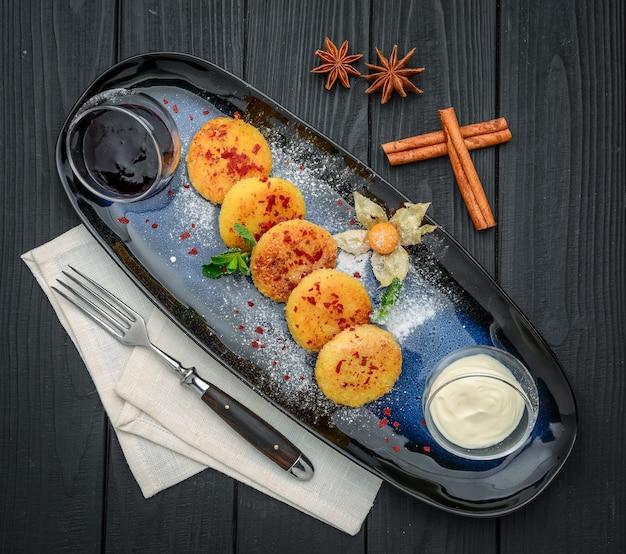 Kwarkpannekoeken op een plaat. gezond en dieetontbijt. op de houten tafel
