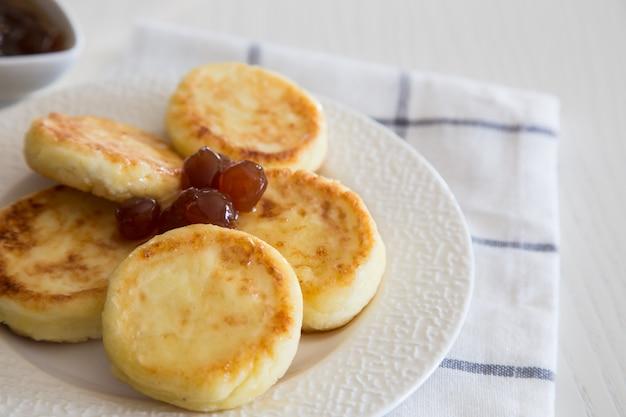 Kwarkpannekoeken, zelfgemaakte traditionele oekraïense en russische syrniki.