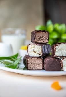 Kwarkstaafjes of repen in chocoladeglazuur heerlijk ontbijt
