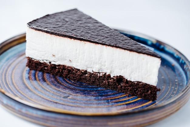Kwarktaart gegarneerd met chocoladesiroop