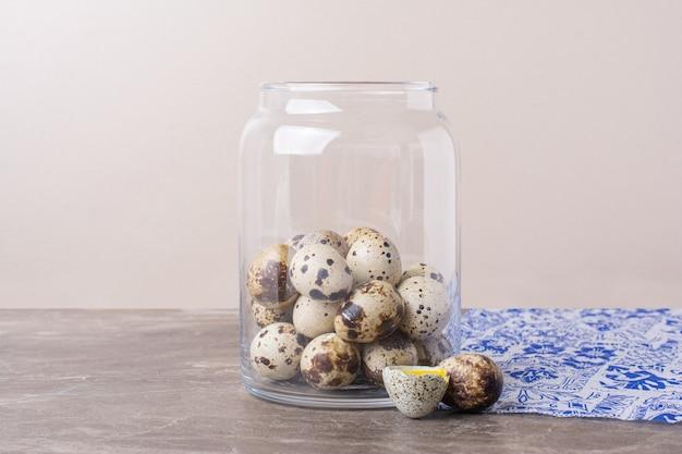 Kwarteleitjes in een glazen pot op tafel.