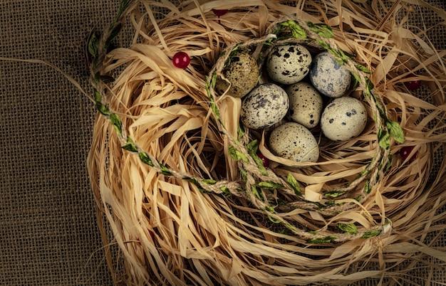 Kwarteleitjes in het nest op een houten tafel. bovenaanzicht