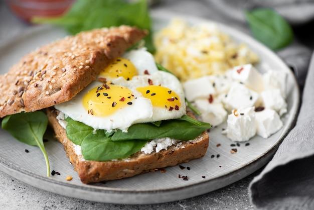 Kwarteleitjes met kwark en spinazie sandwich