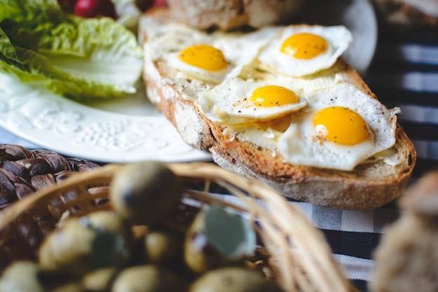 Kwarteleitjes op brood met boter
