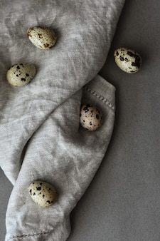 Kwarteleitjes op een linnen servet