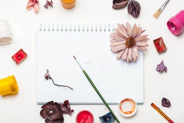 Kwast en wat kunstspullen op een tafel
